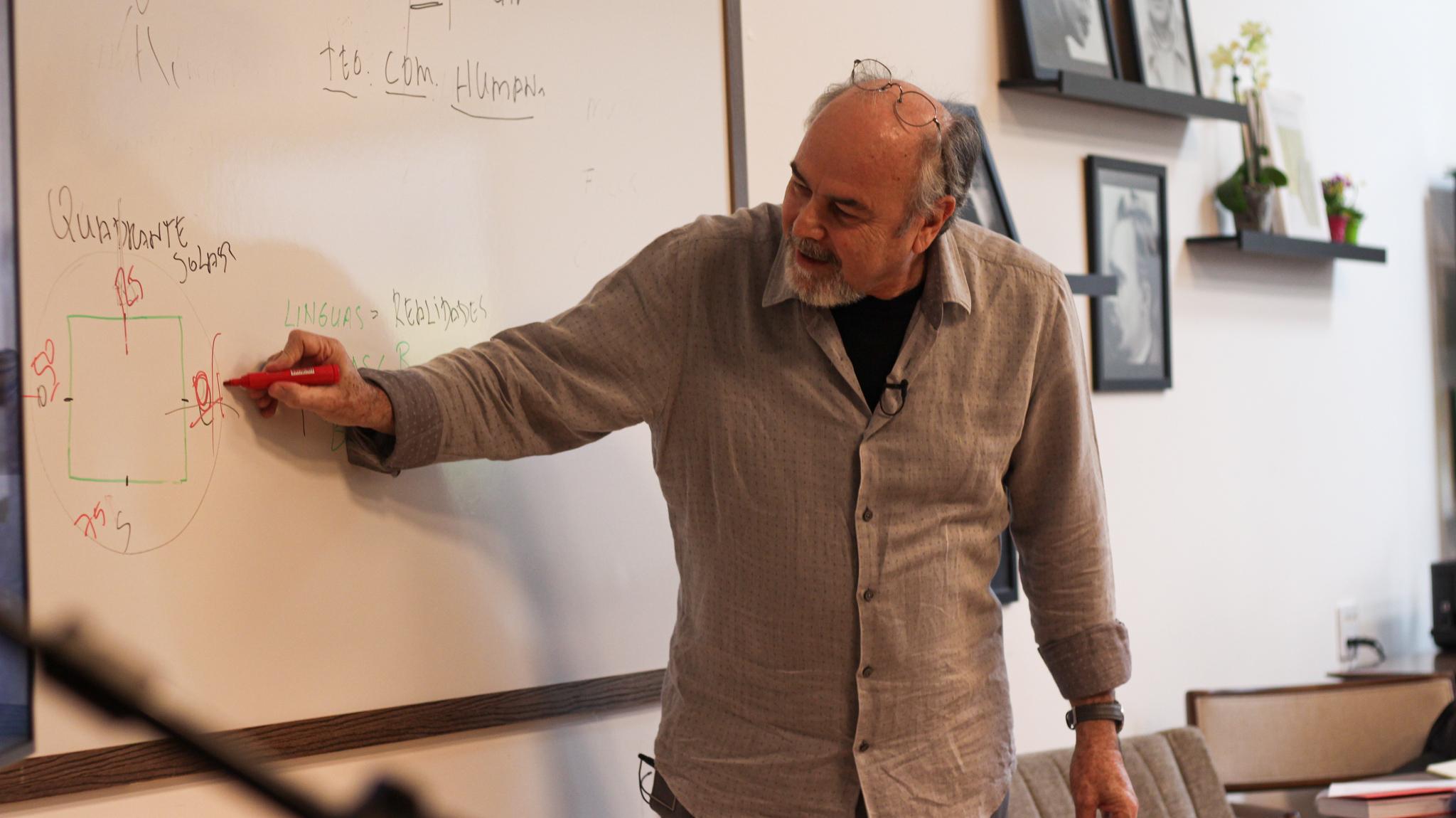 O professor José Paulo Teixeira apresentou Os Alfabetos de Flusser
