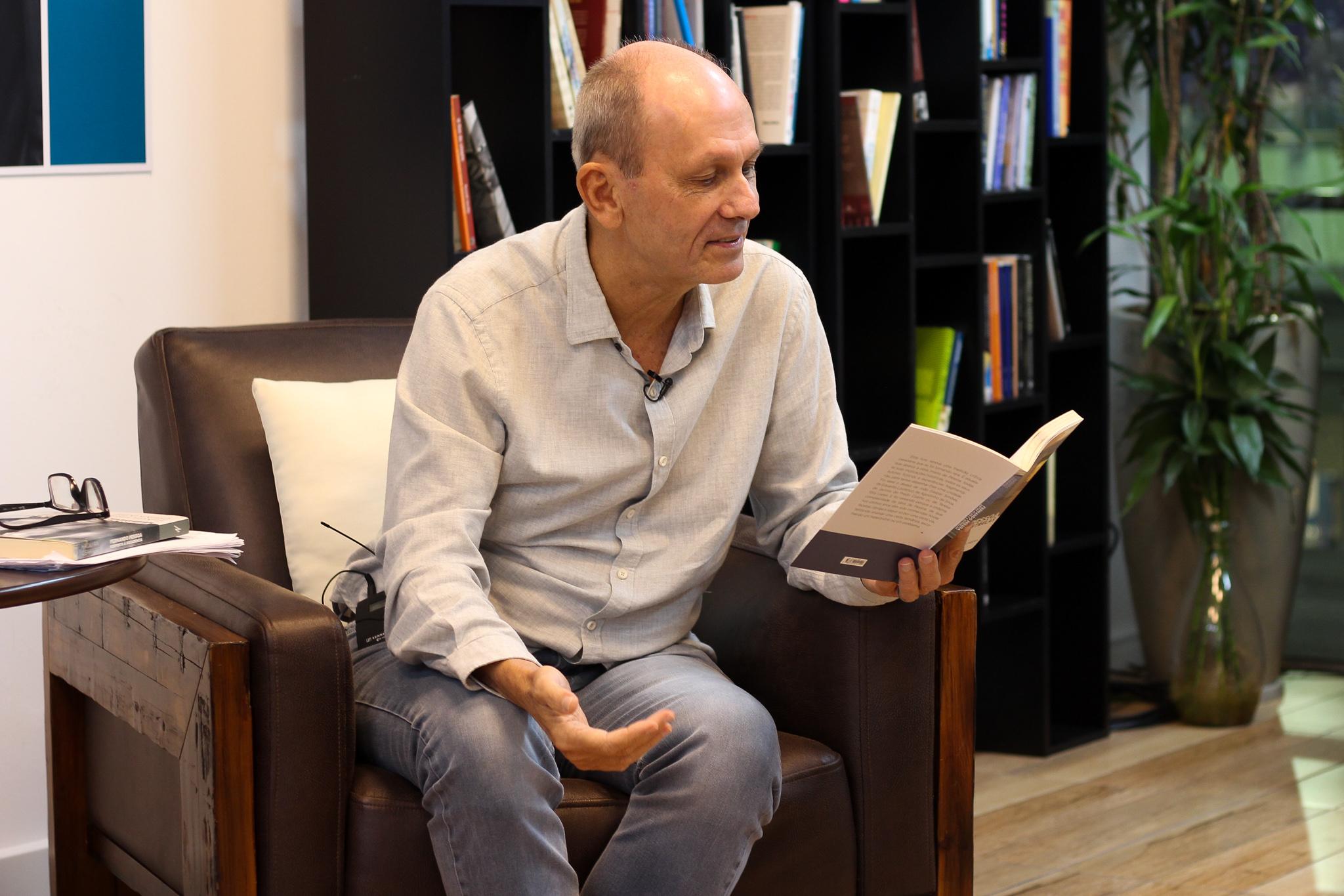 Wisnik lê livro de Haquira Osakabe